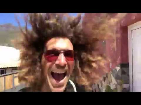 Stephen Kleckner con i capelli lunghi sparati a Gran Canaria nel vento