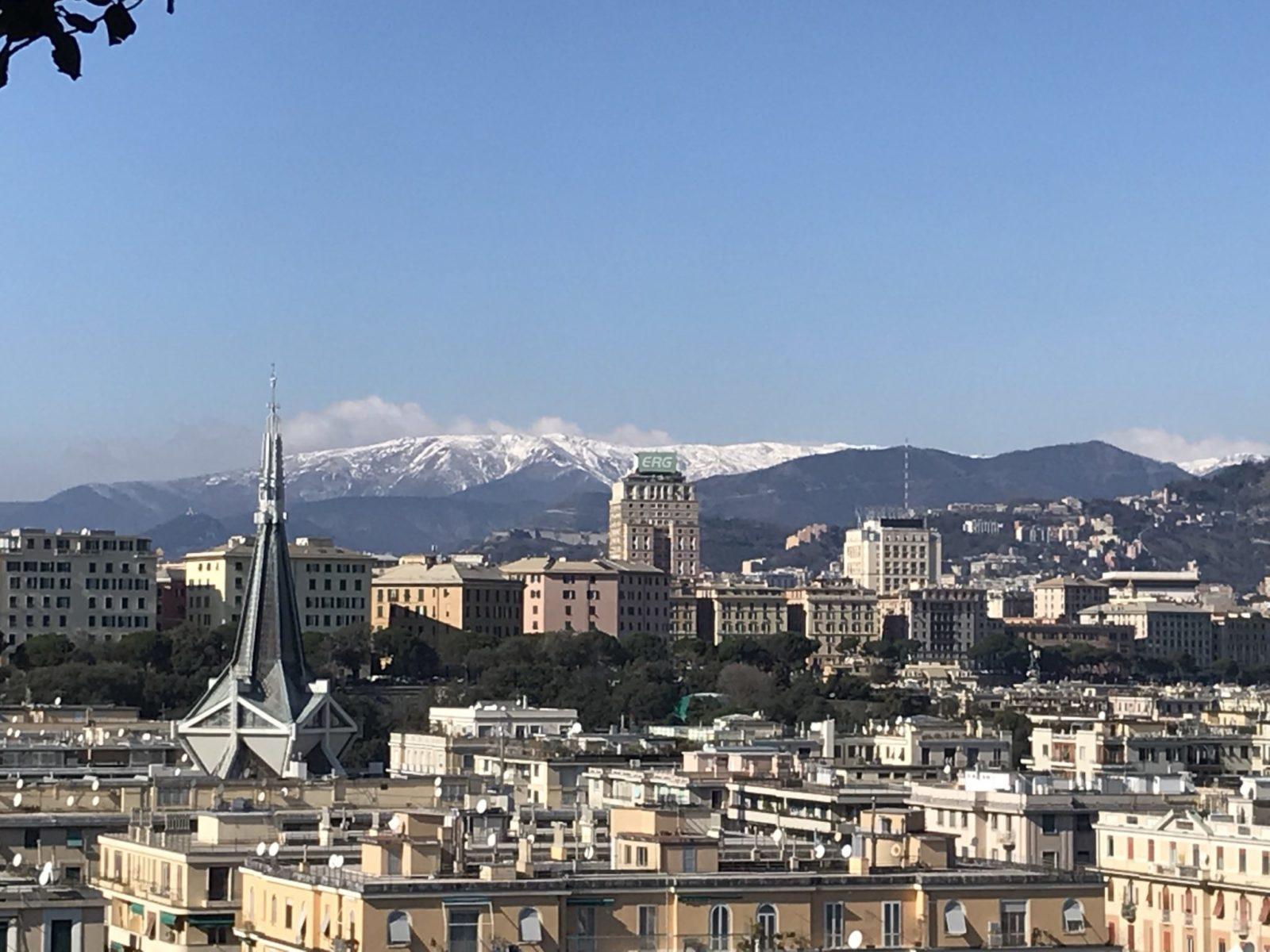 Fotografia di Vista de la Foce di Genova e più in là piazza Dante e sulla destra il teatro Carlo Felice. In fondo i monti innevati.