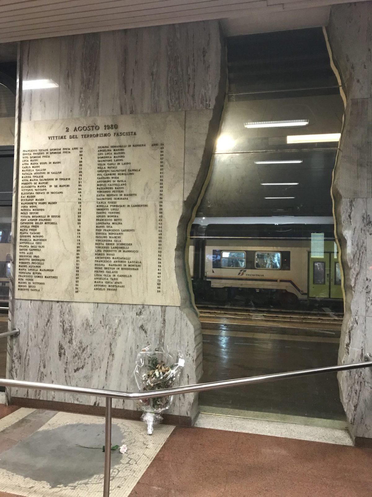 Lapide e squarcio nel muro ricordo bomba stazione di Bologna