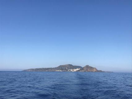 L'isola di Ustica lasciando il porto