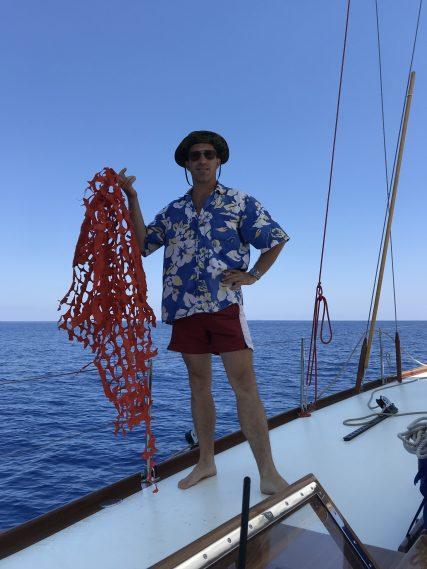 Stephen Kleckner con una rete da cantiere in mare