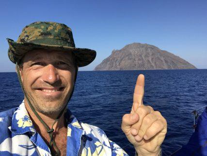 Stephen Kleckner che indica l'isola di Alicudi